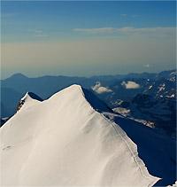 La cresta che porta al Castore e sullo sfonfo Punta Felik